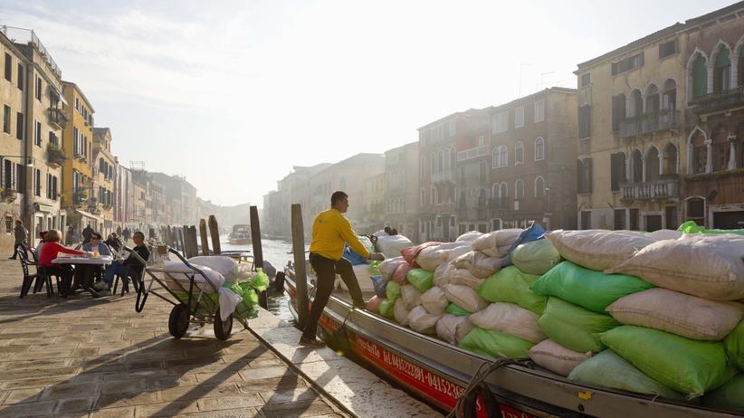 Venedig: Der Tag hat begonnen, und das Boot ist schon voll: Morgens herrscht Hochbetrieb auf den Kanälen.