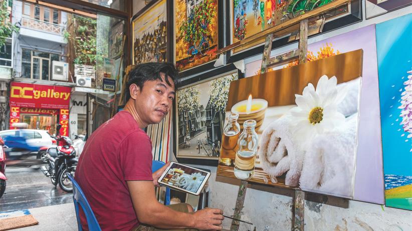 Vietnam: In der Kim Do Gallery malt Doan alles ab, was Kunden wünschen, auch ein Stillleben mit Kerze, Massageöl und Handtüchern.
