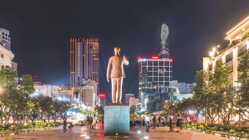 Vietnam: Planwirtschaft, anders als geplant: Ho Chi Minh schaut auf Saigons Bürotürme, Sinnbild des entfesselten Kapitalismus