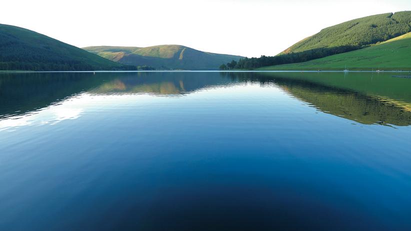 Walter Scott : Still ruht der See: In St Mary's Loch spiegelt sich das Grün der Lowlands. Scott schwärmte von diesem Ort.