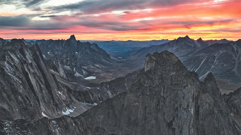 Yukon: Sonnenuntergang über dem Grabstein an der Grenze zur Arktis: Nach dem 3.002 Meter hohen Tombstone Mountain ist ein ganzer Naturpark im Yukon benannt.