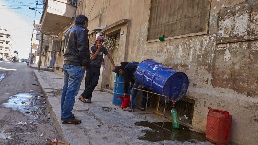 """Islamic State: """"Ameisenhandel"""": Privater Benzin-Verkäufer im syrischen Kamischli"""