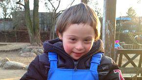 Trisomie 21: Benjamin tobt am liebsten auf dem Kita-Spielplatz.