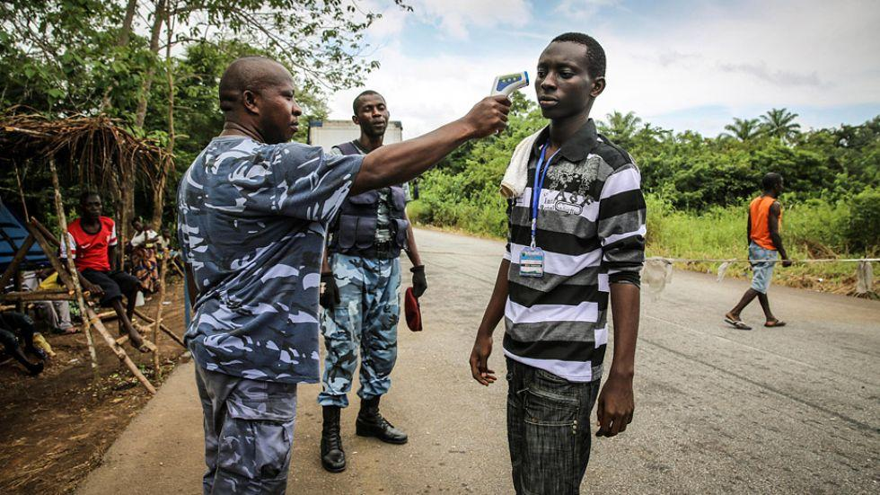 Ebola: Fiebermessung an einem Checkpoint zwischen Kenema und Freetown