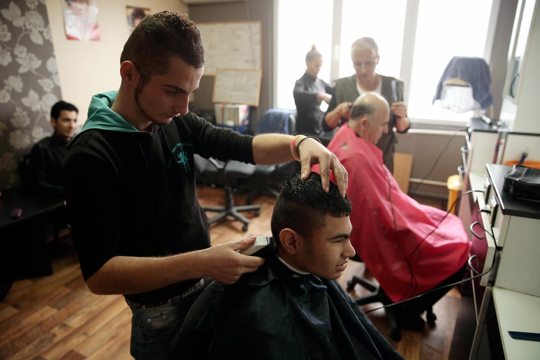 In einem Flüchtlingsheim in Sofia schneiden irakische Asylbewerber Haare. Eigentlich könnten sie daraus auch einen Beruf machen.