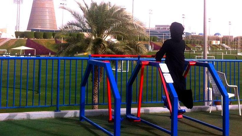 Eine katarische Frau beim Sporttreiben