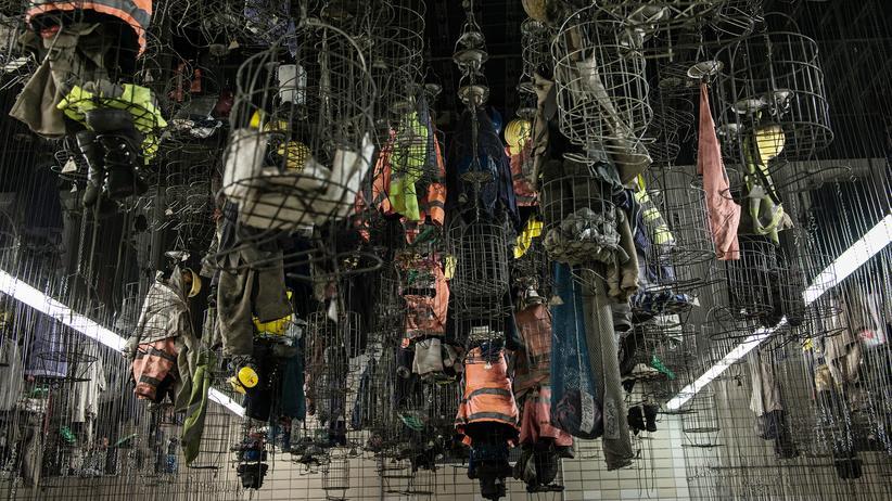 Die Kaue der Zeche Auguste Victoria. Mit Ketten ziehen die Bergleute bei Schichtende ihre Arbeitskleidung zur Decke hoch.