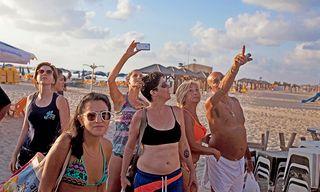 Tel Aviv im Juli 2014: Israelis und Touristen beobachten den Himmel während eines palästinensischen Raketenangriffs.