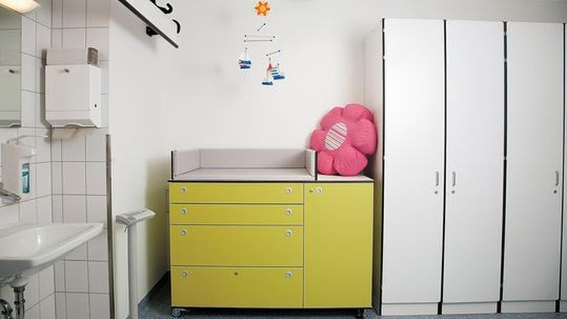 Missbrauch von Kindern: Der Verdacht ist überall. Ein Wickeltisch für die Untersuchung von Kleinkindern im Hamburger Institut für Rechtsmedizin