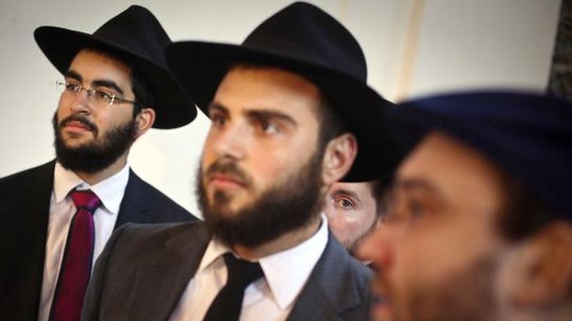Ungarische Juden während der Eröffnung einer Synagoge in Budapest