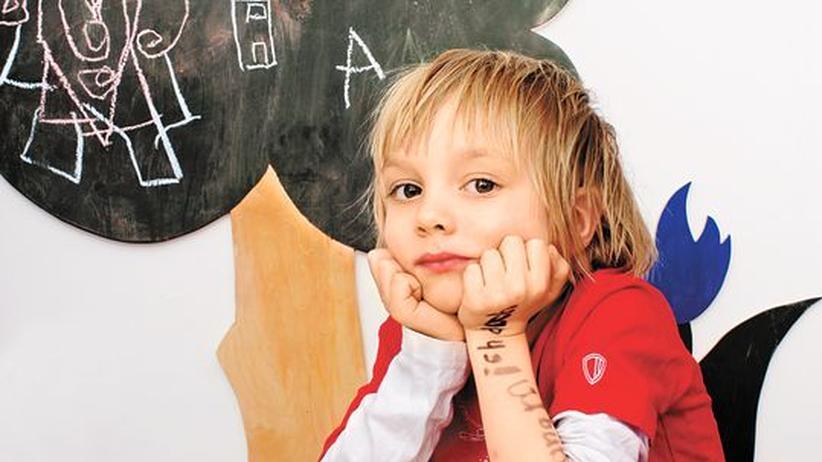 Schreibschrift: Ein Sechsjähriger lernt schreiben