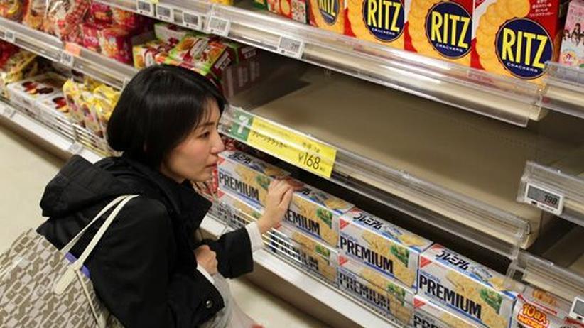 Sonoko Higaya in einem Supermarkt. In Japan wurden nach dem Beben viele Lebensmittel knapp.