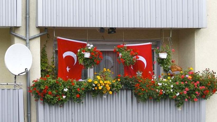 Integration: Türkische Flaggen an einem Balkon in Duisburg-Marxloh