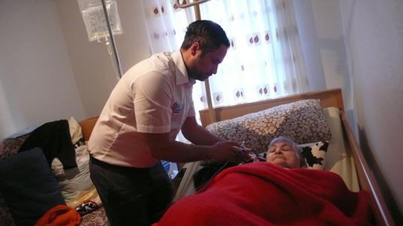 Altenpflege: Kenan Can während seiner täglichen Pflegearbeit