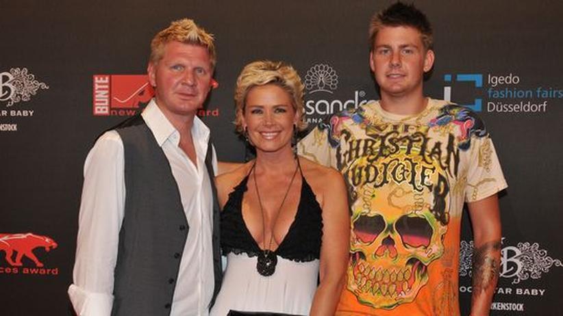 Gesellschaftskritik: Stefan Effenberg mit Sohn Noël-Etienne und seiner jetzigen Frau Claudia bei einer Premiere im Juli 2008.