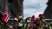 Blumen in Gedenken an die Opfer der Attentate in Oslo und der Insel Utoya.