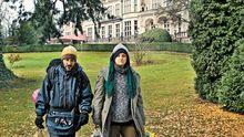 Das verkleidete Paar vor dem Kronberger Schlosshotel
