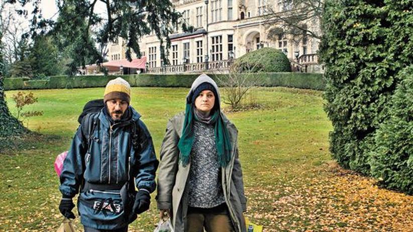 Soziale Kluft: Das verkleidete Paar vor dem Kronberger Schlosshotel