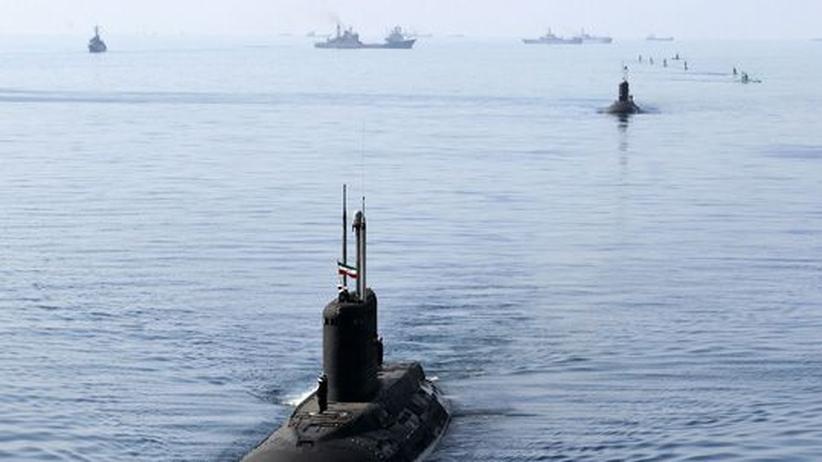 Ein iranisches U-Boot in der Straße von Hormus