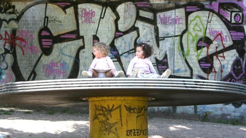 Krimiautor Alef: Zwei Mädchen auf einem Spielplatz in Berlin (Archivbild)