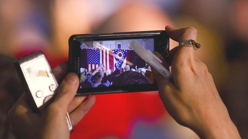 Zukunft der Medien: Eine Reporterin nimmt mit ihrem Smartphone einen Wahlkampfauftritt auf.