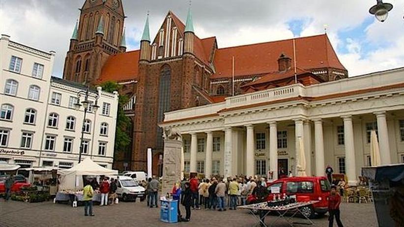 Ostdeutsche: Auf dem Markt in Schwerin