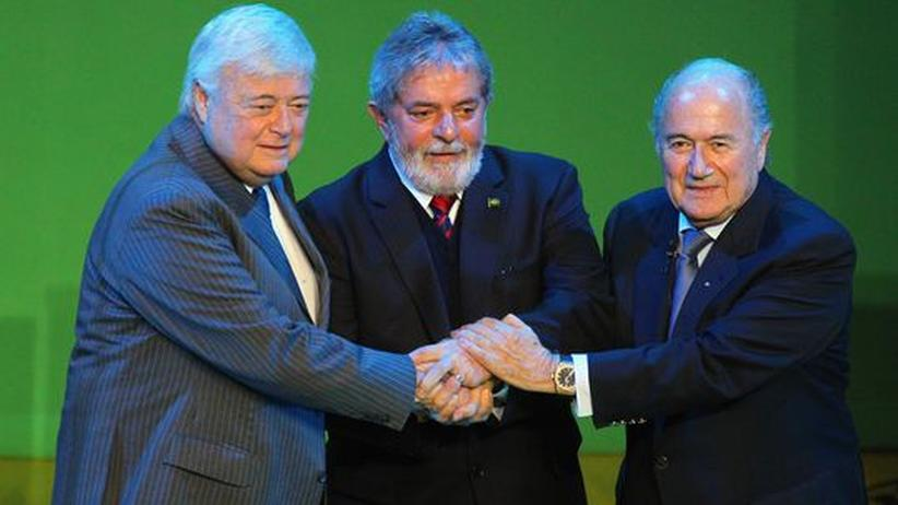 Gesellschaftskritik: Fifa-Exekutivmitglied Ricardo Terra Teixeira, Brasiliens Präsident Luiz Inacio Lula da Silva und Sepp Blatter (Archivbild)