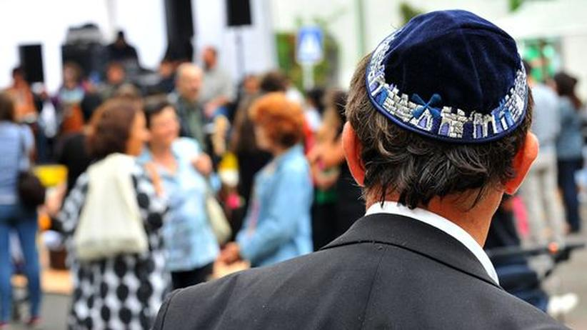 Antisemitismus: Ein Mitglied der jüdischen Gemeinde Berlin auf einer Solidaritätskundgebung auf dem Dürerplatz in Berlin