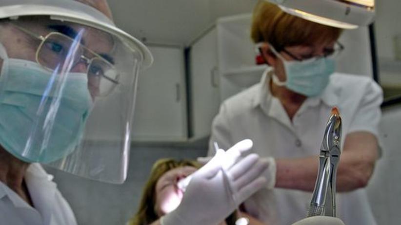 Medizintourismus: Ein ungarischer Zahnarzt in Sopron zieht einer österreichischen Patientin einen Zahn (Archivbild).