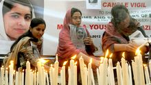 Pakistanische Menschenrechtler gedenken der von Taliban angeschossenen Schülerin Malala.