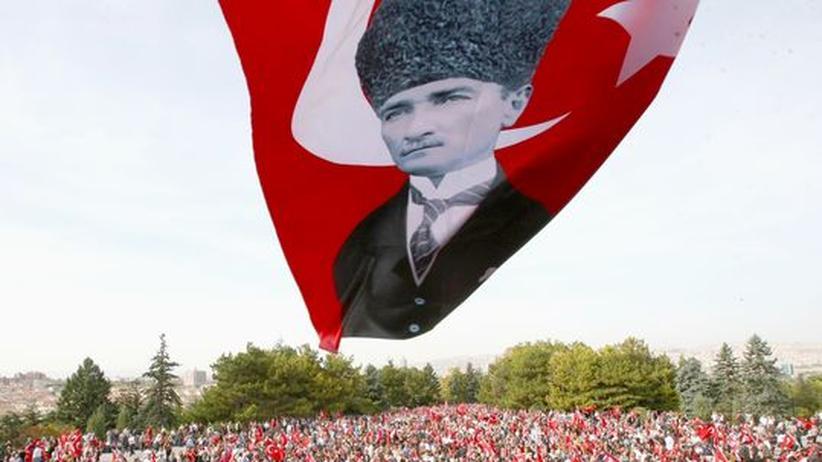 Türkei: Erinnerung an Staatsgründung Ende Oktober: Auf einer Fahne ist das Bild des türkischen Staatsgründers Kemal Attatürk zu sehen.