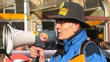 Mit Megaphon, Hut und Flyern: Der pensionierte Lehrer Eberhard Frasch kämpft gegen Stuttgart 21 – und gegen die Arroganz der Mächtigen.