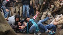 Die Polizei in Neu-Delhi nimmt zwei Demonstranten fest.