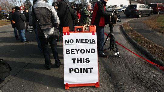 Fernsehteams filmen eine provisorische Gedenkstätte für die Opfer des Amoklaufs in Newtown.