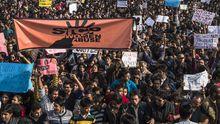 In Neu Delhi protestieren Tausende gegen die Vergewaltigung einer 23-Jährigen.