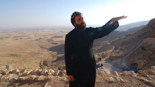 In der Einsamkeit: Mönch vor dem Aufgang zum Kloster Mor Augin in der Türkei