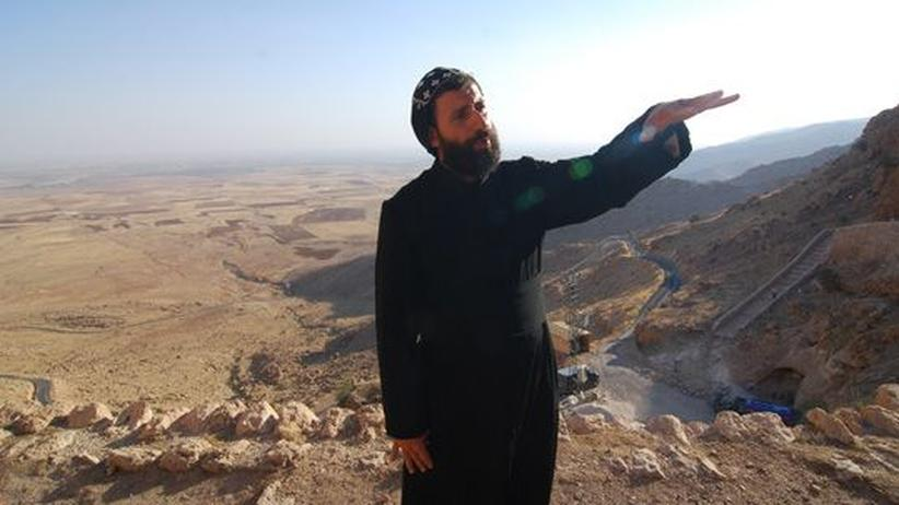 Christenverfolgung: In der Einsamkeit: Mönch vor dem Aufgang zum Kloster Mor Augin in der Türkei