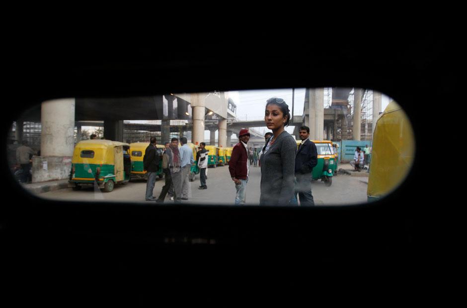 """Aanchal Sukhija, 19, wartet am Stadtrand von Neu Delhi auf eine Autorikscha. """"Immer wenn ich eine Rikscha nehme, schicke ich meinem Vater eine SMS mit dem Namen des Fahrers und der Registrierungsnummer"""", sagt die Modestudentin. """"Die Regierung behauptet, junge Frauen sollten ihr Haus nach 19 Uhr besser nicht mehr verlassen. Aber wie sicher bin ich denn am helllichten Tag?"""""""