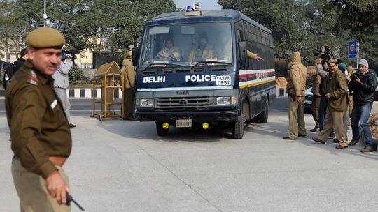 Ein Polizeifahrzeug auf dem Weg zum Gericht in Neu Delhi