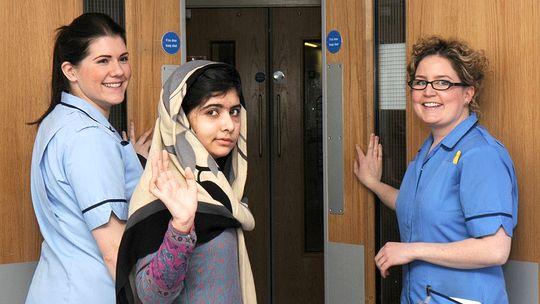 Die 15-jährige Malala Yousafzai (M.) verlässt das Krankenhaus in Birmingham.