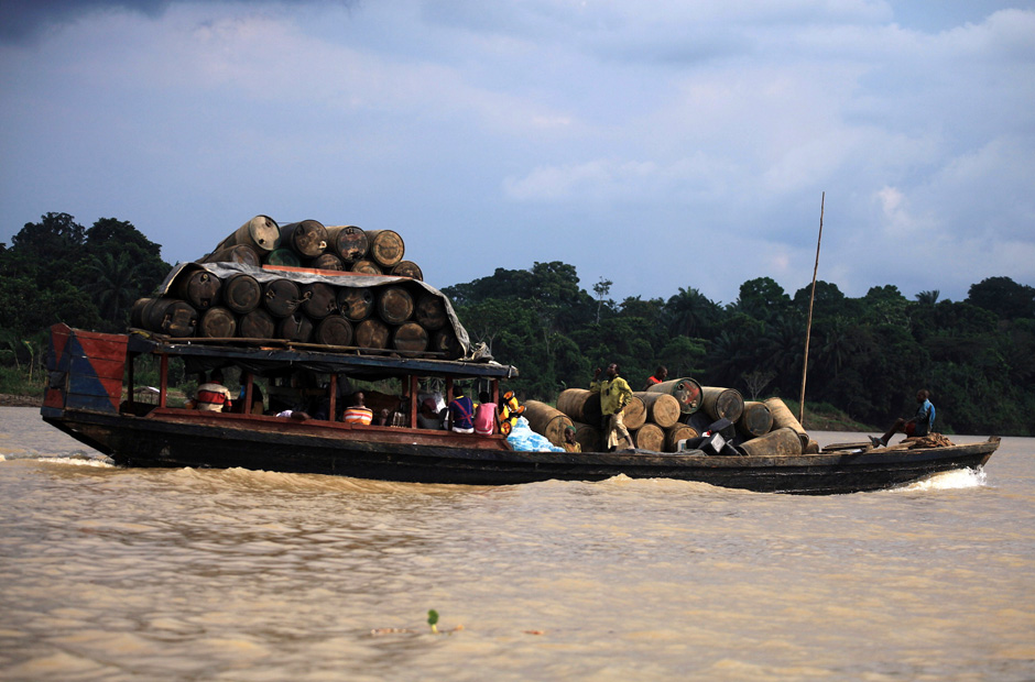 Auf dem Fluss Nun im Bundesstaat Bayelsa fährt ein Schiff, das Ölfässer geladen hat. 1956 wurde in Nigeria erstmals erfolgreich nach Erdöl gebohrt.