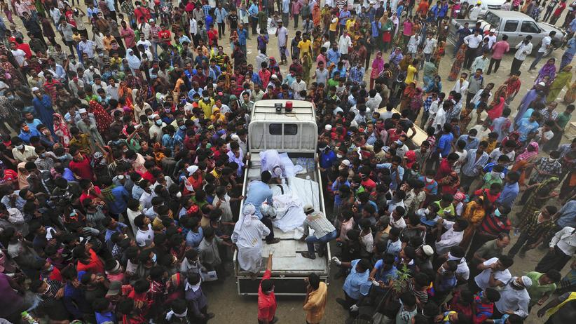 Bangladesch: Angehörige der verunglückten Fabrikmitarbeiter in Savar, Bangladesch