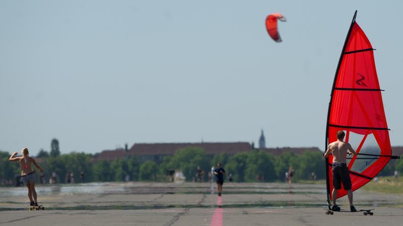 Tempelhofer Feld: Ein Windskater auf dem Tempelhofer Feld