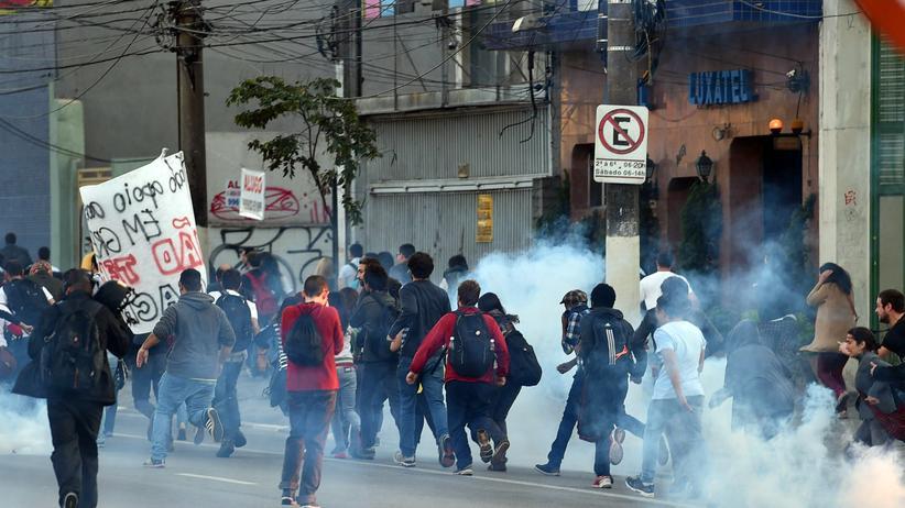 Die Streikenden werden mit Tränengas von der Polizei vertrieben.