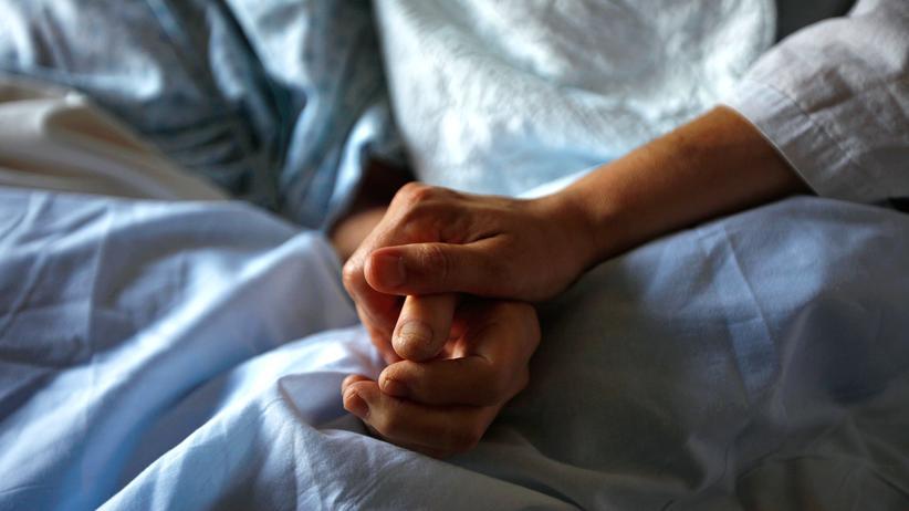 Sterbehilfe: Alternative zu aktiver Sterbehilfe: Zuwendung für eine alte Krebspatientin in einem Hospiz