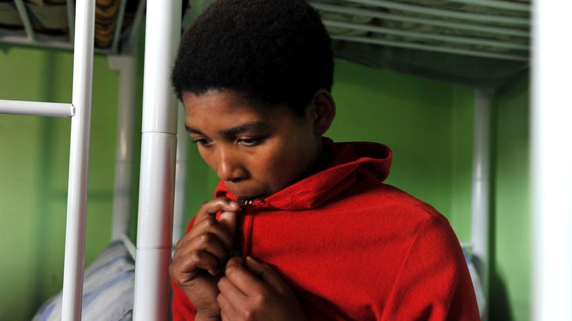 Eine Frau vor einer Versorgungsstelle in Palmerton, Südafrika