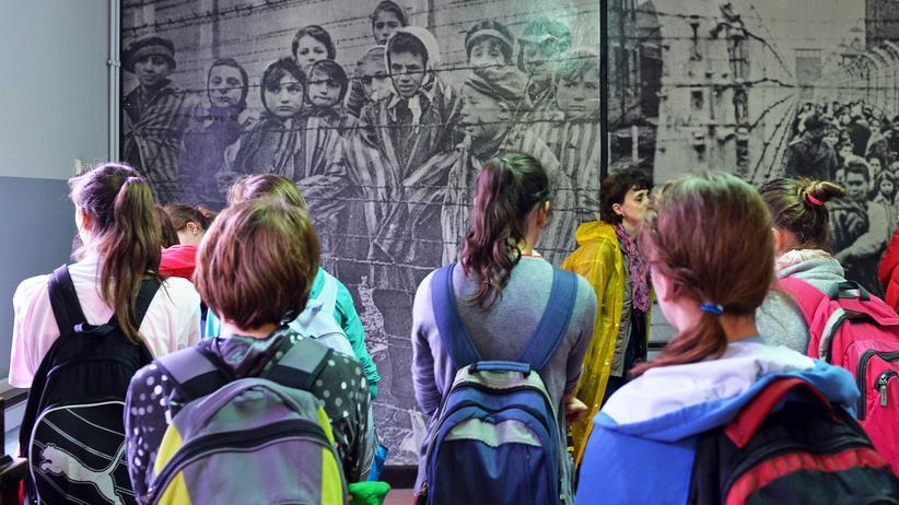 """Selfie in Auschwitz: Besucher des """"Marsch der Lebenden"""" im ehemaligen Vernichtungslager Auschwitz-Birkenau"""