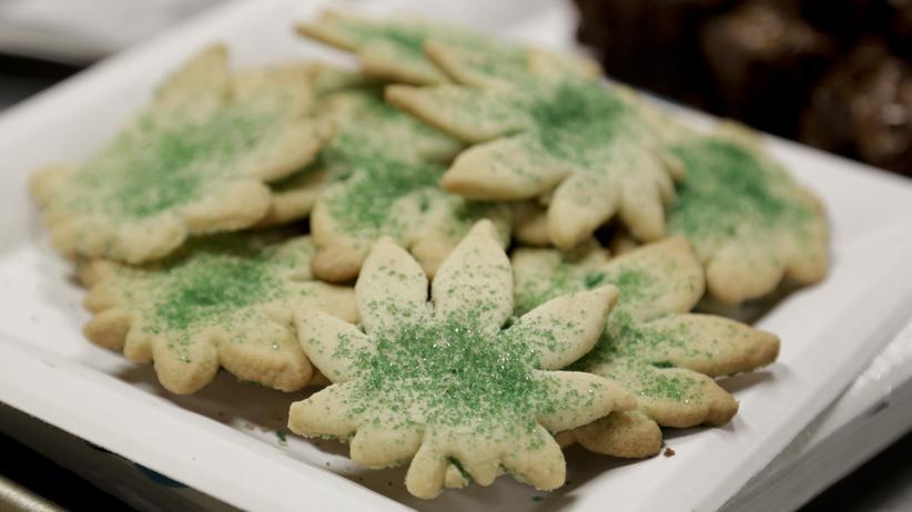 Kekse in Form eines Hanfblatts