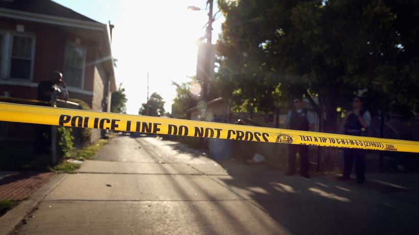 Waffengewalt USA: Die Polizei hat in Chicago nach einer Schießerei einen Tatort abgesperrt.