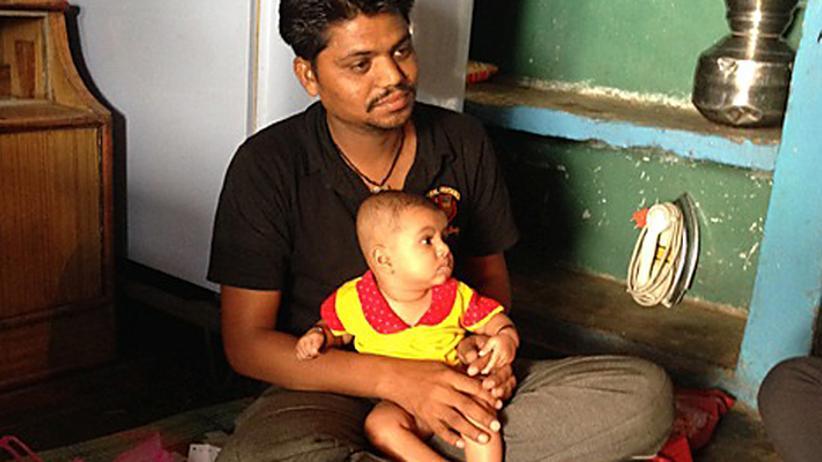 Der von der Katastrophe in Bhopal geschädigte Afroz mit seinem Kind
